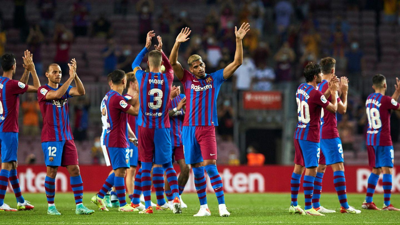 Los jugadores saludan al público del Camp Nou. (Reuters)