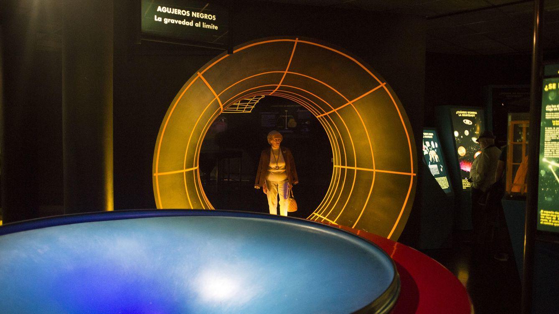Foto: Visitante del Planetario pasea por la zona en la que se simulan la forma de los agujeros negros ©Salvador Fenoll