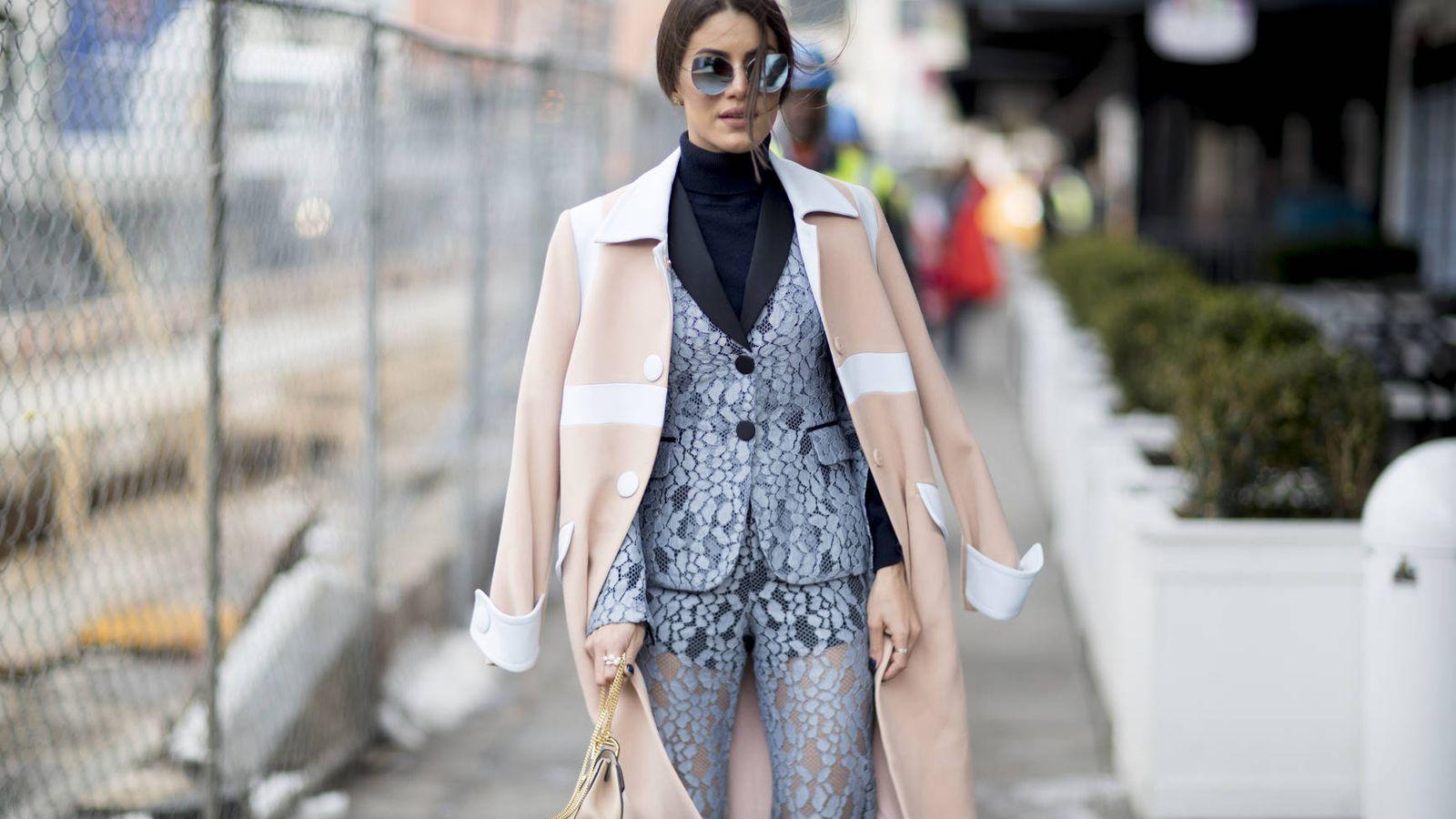 Foto: Estampado, de pana, lencero... Las 'influencers' tienen las claves para combinarlo con maestría. (Foto: Imaxtree)