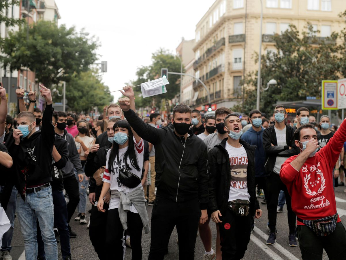 Foto: Los vecinos de Vallecas salen a la calle este domingo para protestar contra las medidas. (Reuters)