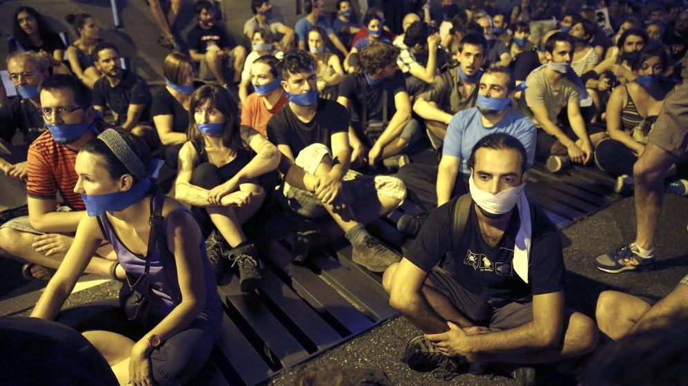 Foto: Imagen de 2015 de manifestantes ante el Congreso de los Diputados, en Madrid, para protestar contra la Ley Mordaza. (EFE)