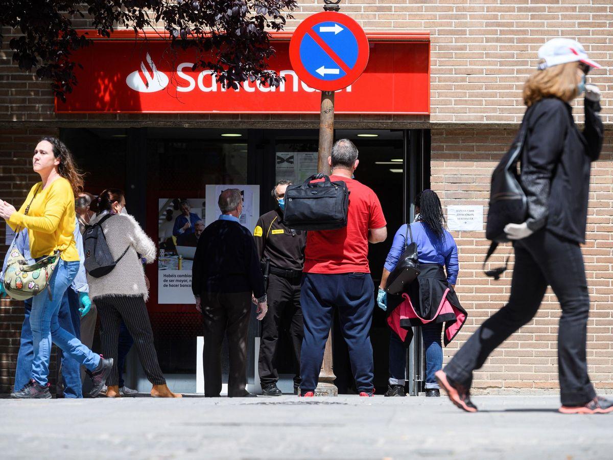 Foto: Oficina del Santander, durante la desescalada. (EFE)