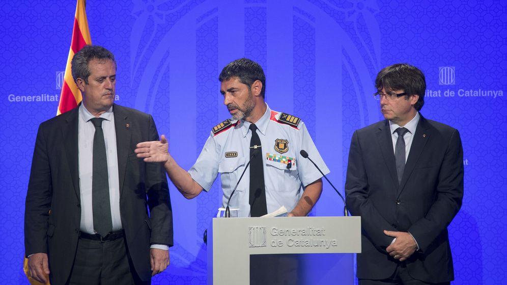 Foto: El 'major' de los Mossos, Josep Lluís Trapero, junto al 'conseller' Joaquim Forn y al 'president' Carles Puigdemont. (EFE)