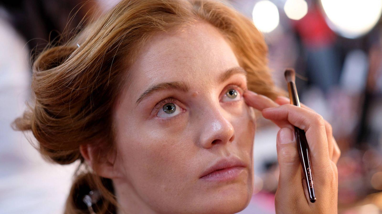 Foto: Elige las sombras adecuadas para aligerar tu maquillaje. (Getty)