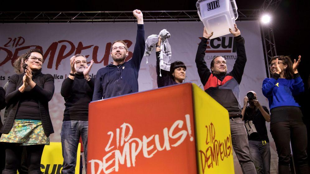 Foto: Varios miembros de la CUP, entre ellos los diputados electos Carles Riera y Natàlia Sànchez. (EFE)