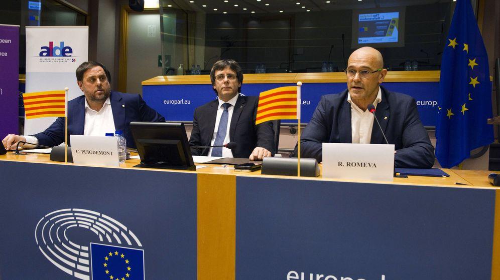 Foto:  El presidente de la Generalitat, Carles Puigdemont (c), junto al vicepresidente, Oriol Junqueras (i), y el 'conseller' de Exteriores, Raül Romeva (d), durante una conferencia en Bruselas. (EFE)