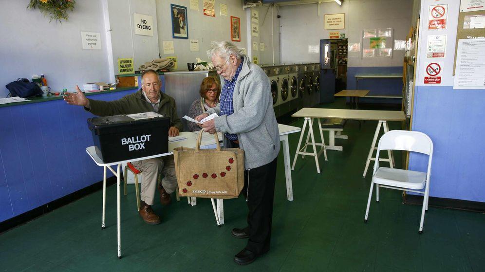 Foto: Un votante en un colegio electoral situado en una lavandería (Reuters).