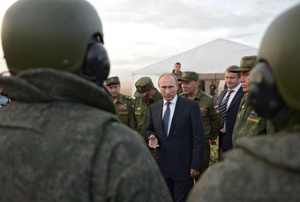 Foto: El presidente ruso, Vladimir Putin, habla con soldados rusos durante unas maniobras en la región de Orenburg, Rusia, el 19 de septiembre de 2015. (Reuters)