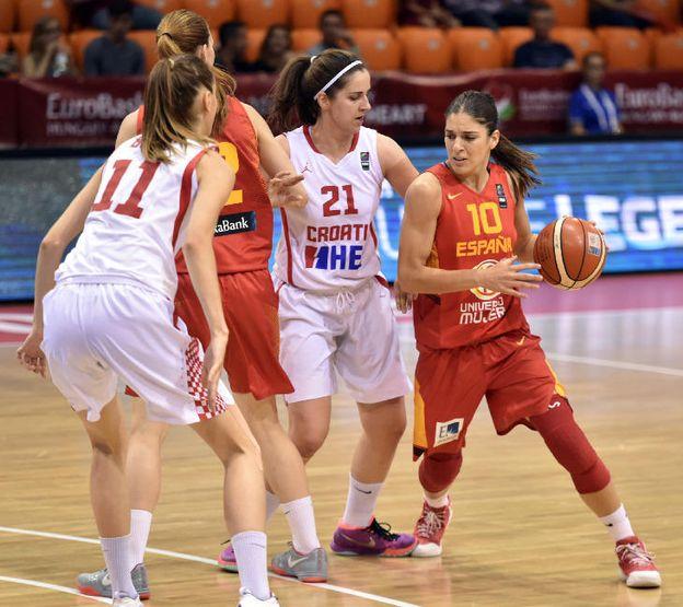 Foto: Marta Xargay avanza con el balón (Eurobasket).