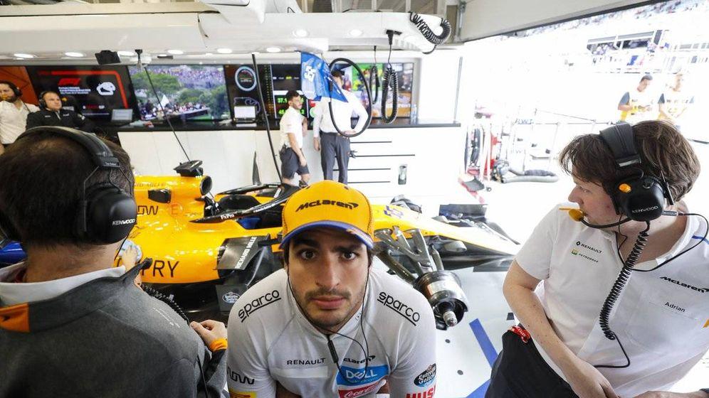 Foto: La cara de Carlos Sainz tras la primera jornada del Gran Premio de Brasil no era de las más optimistas de la temporada (McLaren)