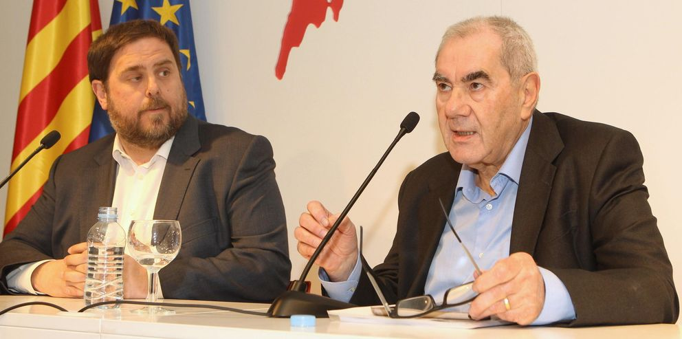 El exconseller Ernest Maragall (d), en una rueda de prensa junto al líder de ERC, Oriol Junqueras. (EFE)