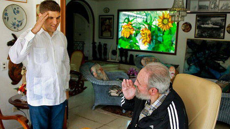 Fidel Castro recibe un saludo militar de su sobrino nieto. (EFE)