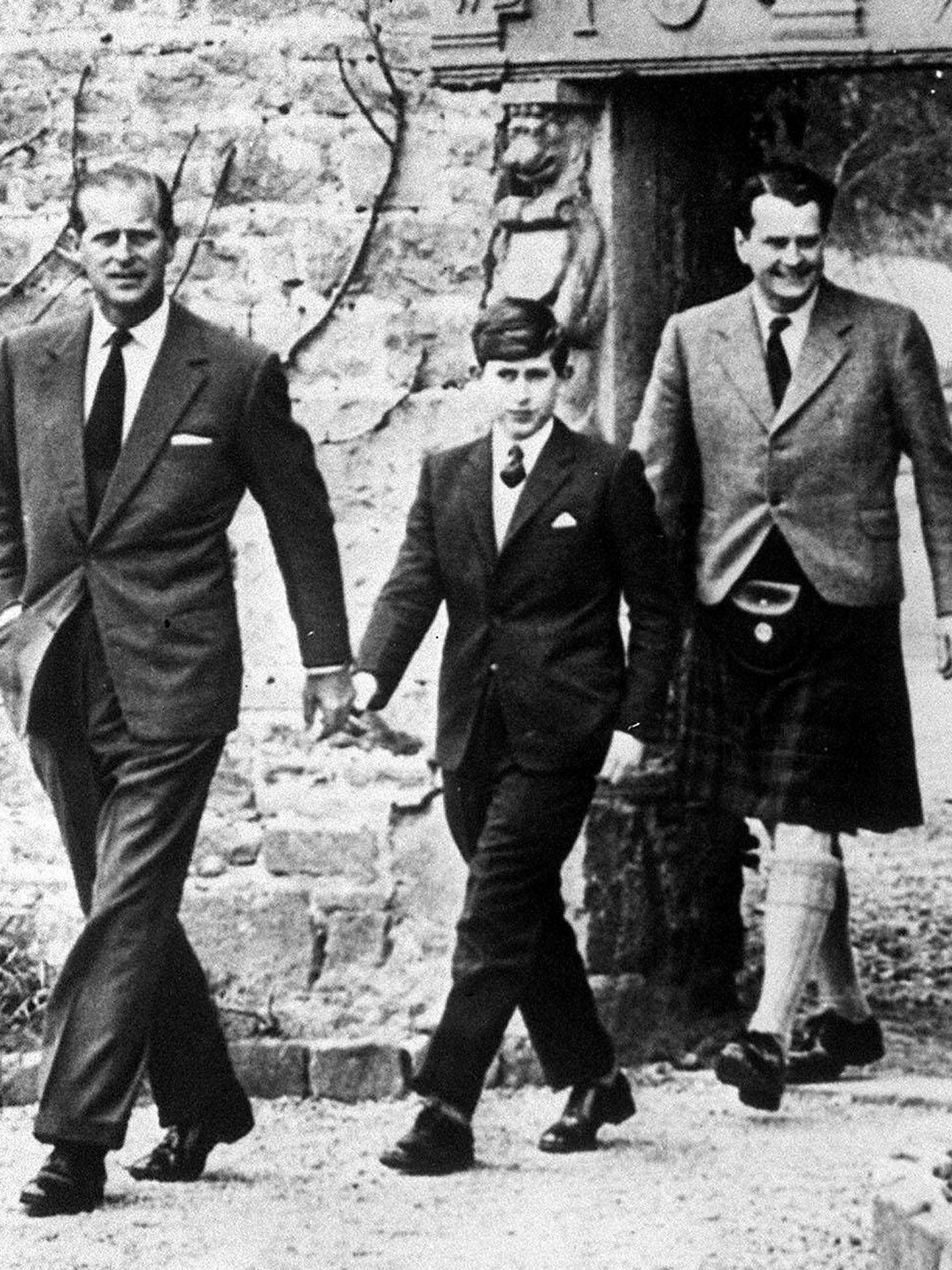 El duque de Edimburgo acompaña al príncipe Carlos en su primer día en Gordonstoun. (Cordon Press)