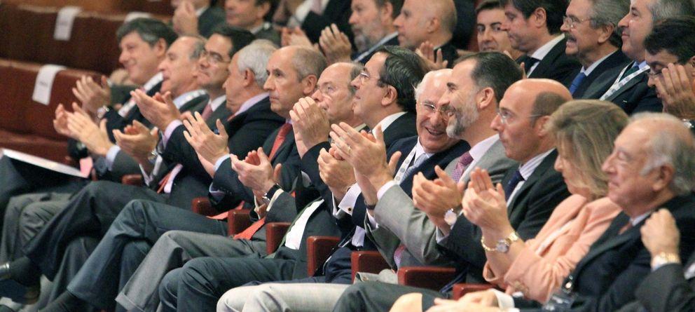 Foto: El Rey Felipe VI, con algunos de los asistentes. (Efe)