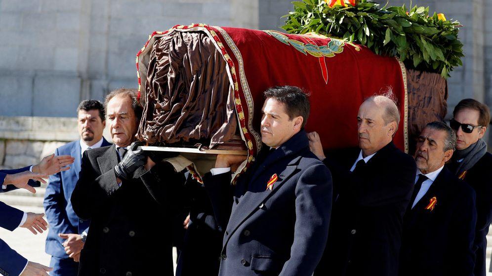 Foto: Familiares de Franco portan el ataúd del dictador a su salida de la basílica del Valle de los Caídos (REUTERS)