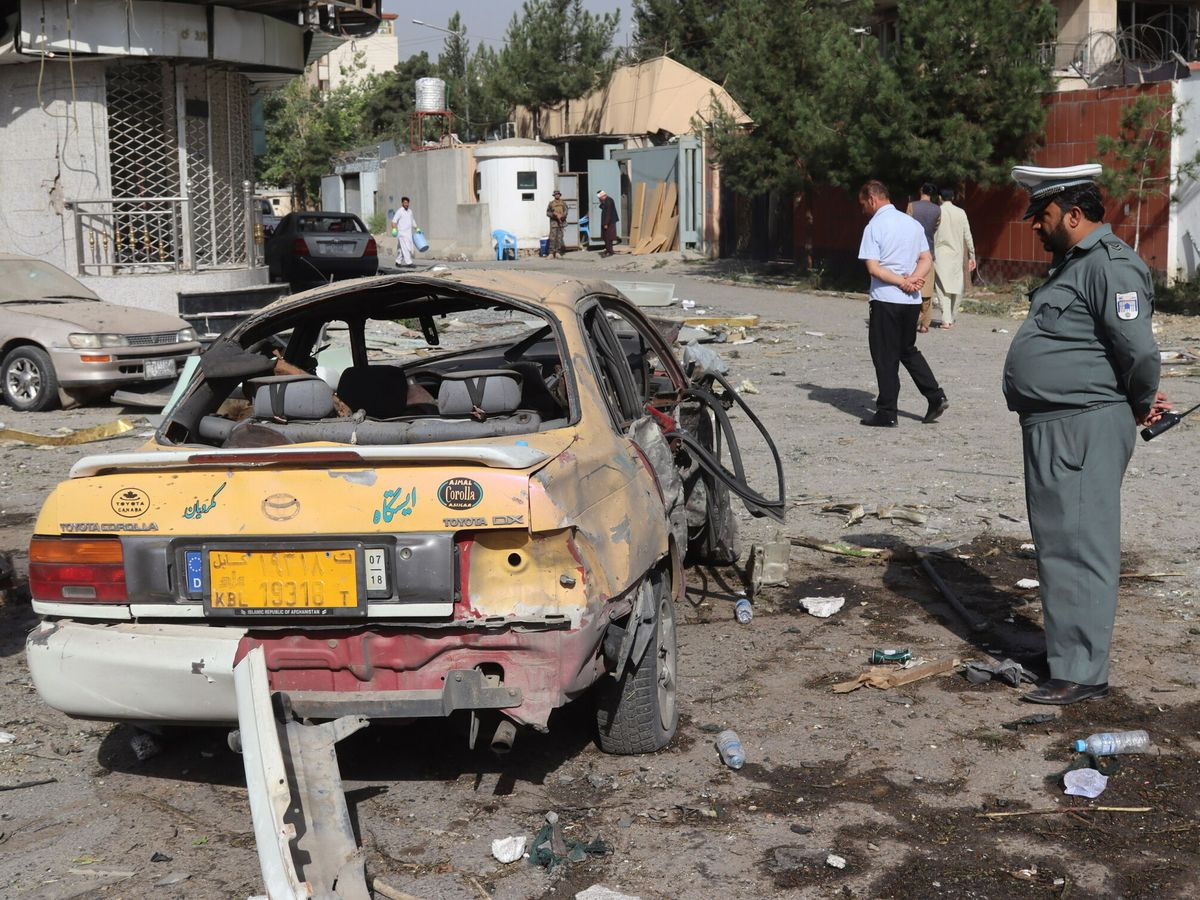 Foto: Daños por la explosión de una bomba cerca de la casa del ministro de defensa afgano en Kabul. (EFE)