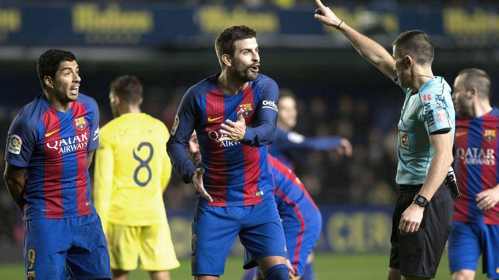 Foto: Piqué protesta a Iglesias Villanueva en el partido que enfrentó al Barça con el Villarreal. (EFE)