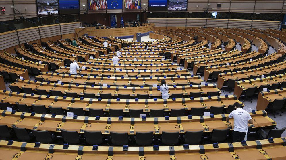 Foto: Trabajadores del Parlamento Europeo limpian el hemiciclo antes de una sesión del pleno. (EFE)