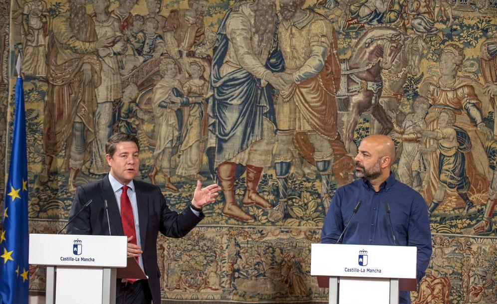Foto: El presidente manchego, Emiliano García-Page, y el líder regional de Podemos, José García Molina, en rueda de prensa este 13 de julio en Toledo. (EFE)