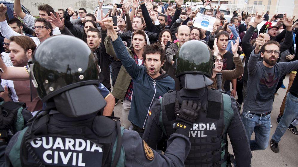 Foto: La Guardia Civil en el centro de votación de Sant Julià de Ramis (Girona) en el 1-O. (EFE)