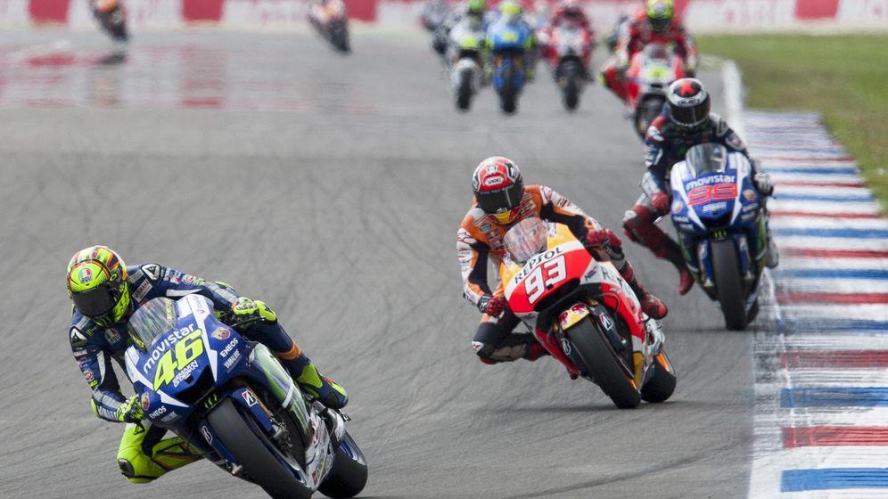 Foto: Valentino Rossi liderando la carrera de Assen (Reuters).