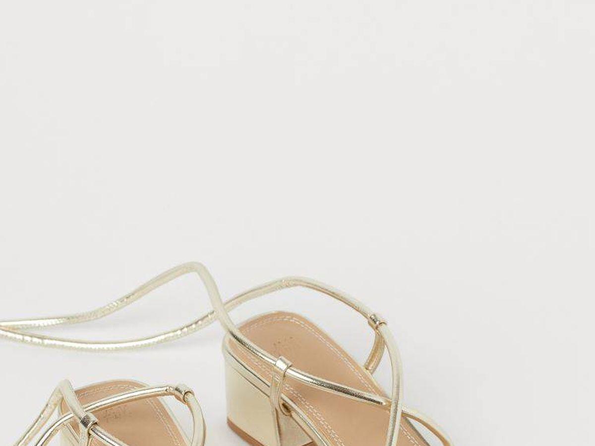 Foto: Las sandalias doradas de HyM. (Cortesía)