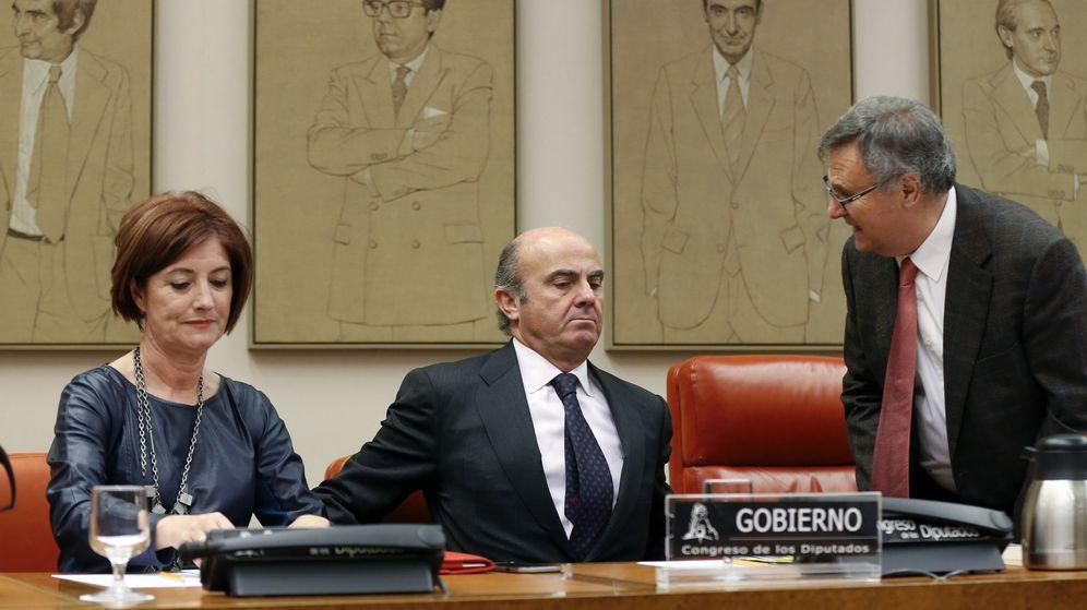 Foto: El ministro de Economía y Competitividad en funciones, Luis de Guindos (c), comparece ante la Comisión de Economía del Congreso. (EFE)