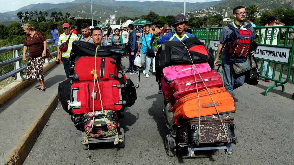 Foto: Ciudadanos venezolanos cruzan el Puente Internacional Simón Bolívar hacia Colombia. (EFE)