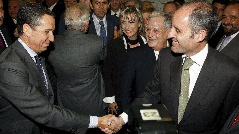 Foto: Zaplana y Camps, enemigos íntimos. Vicente Rambla, al fondo. (EFE)