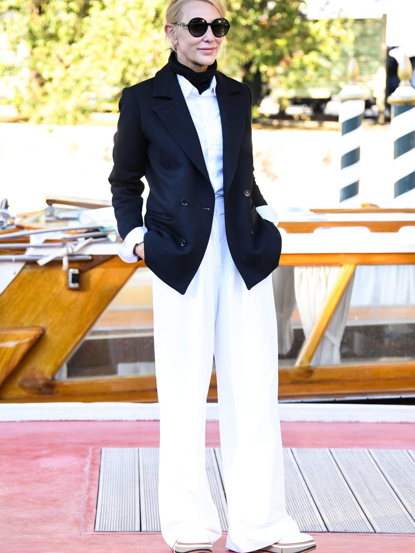 El look navy de Cate Blanchett en Venecia. (Cordon Press)
