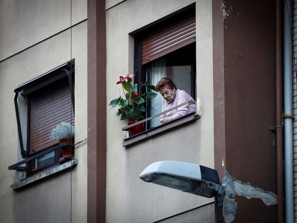Foto: Una persona mayor, confinada. Foto: EFE Javier Etxezarreta