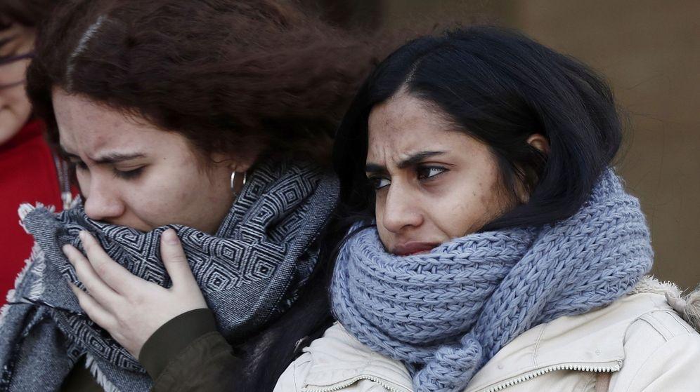 Foto: Dos mujeres se protegen del frío en Pamplona. (EFE)