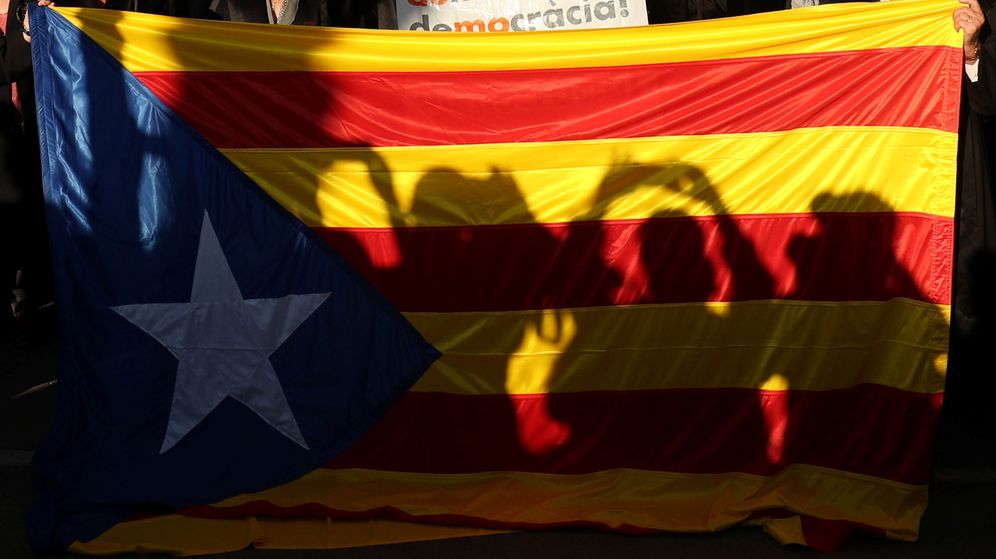 Foto: Siluetas de manifestantes durante una de las concentraciones convocadas alrededor del referéndum del 1-O. (Reuters)