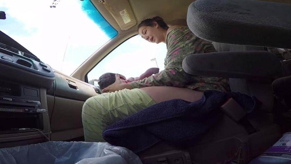 Graba el momento en que nace un bebé en el asiento del copiloto de un coche
