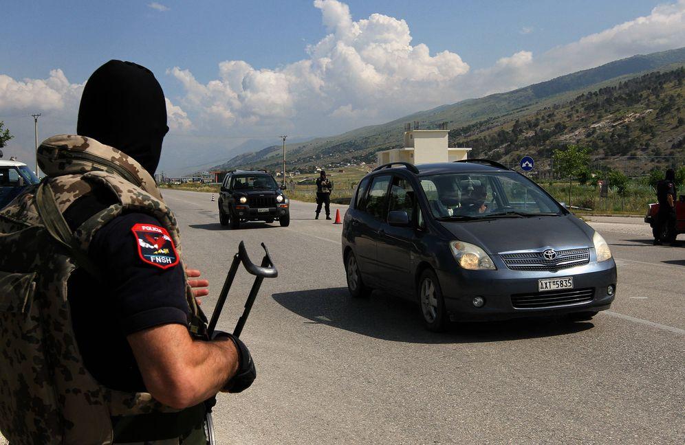 Foto: Miembros de la policía especial albanesa vigilan las carreteras durante una operación antidroga en Lazarat, el 16 de junio de 2014. (Reuters)