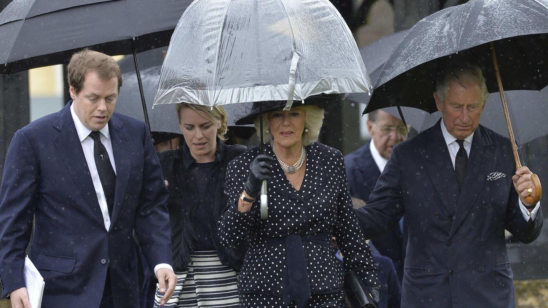 Carlos de Inglaterra y Camilla Parker Bowles con los dos hijos de esta, Tom Parker Bowles y Laura Lopes, en una imagen de archivo. (Reuters)
