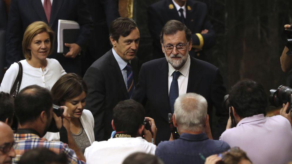 Foto: El presidente del Gobierno, Mariano Rajoy (d), junto al portavoz parlamentario del PP, Rafael Hernando, y la secretaria general del partido, María Dolores de Cospedal. (EFE)