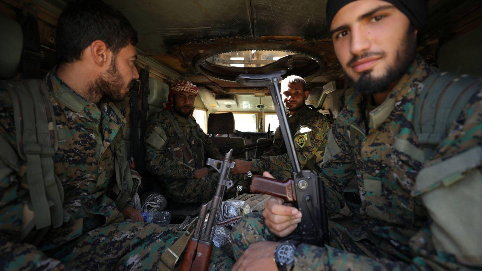 """Foto: Combatientes de las Fuerzas Democráticas Sirias (SDF) dentro de un blindado en Raqqa, la antigua capital del """"Califato"""". (Reuters)"""