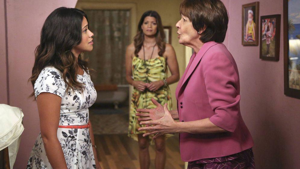 Foto: Ivonne Coll (derecha) durante la grabación del tercer episodio de la primera temporada de 'Jane the Virgin'