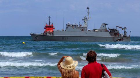 Buceadores de la Armada inspeccionan ya el casco del cazaminas encallado en La Manga
