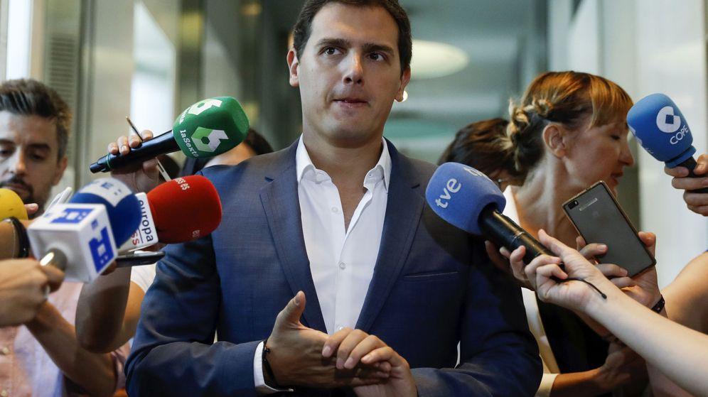 Foto: El líder de Ciudadanos, Albert Rivera, en declaraciones en los pasillos del Congreso. (EFE)