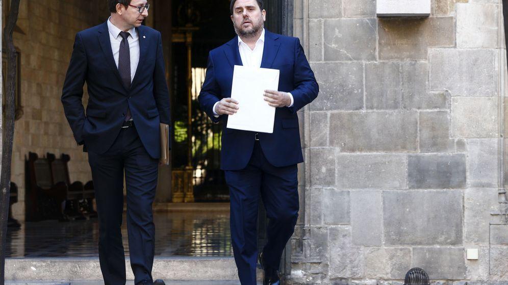 Foto: El exvicepresidente de la Generalitat Oriol Junqueras (d) y el 'exconseller' de Justicia Carles Mundó. (EFE)