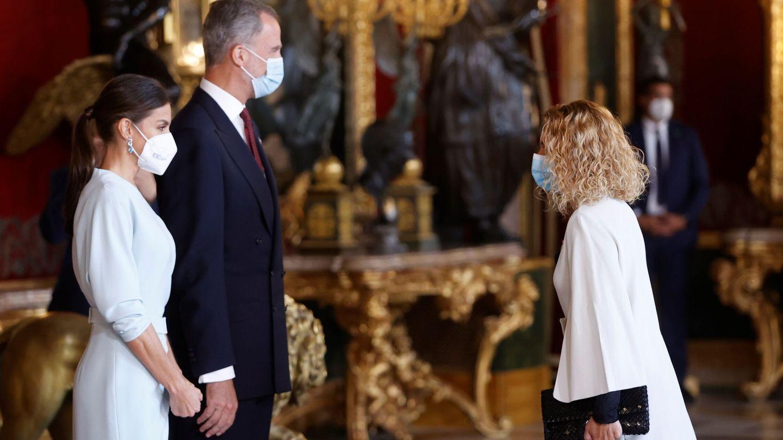 El rey Felipe VI y la reina Letizia, saludan a la presidenta del Congreso Meritxell Batet. (EFE)