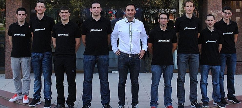 Foto: Imagen del equipo PinoRoad, que aún no tiene forma definitiva, con el protagomista de la estafa en el centro con camisa blanca (Prensa PinoRoad).