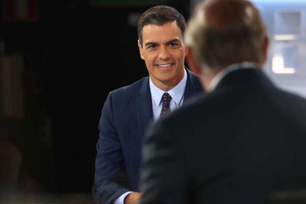 Foto: Pedro Sánchez, durante su entrevista con el periodista Pedro Piqueras en 'Informativos Telecinco' este 4 de julio. (Fernando Calvo | Moncloa)