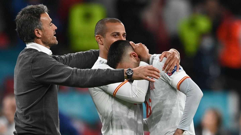 Luis Enrique y Thiago consuelan a Pedri tras la eliminación. (EFE)