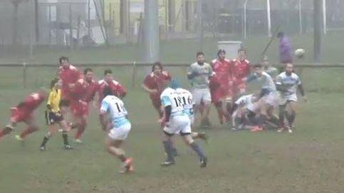 Un jugador de rugby derriba a una árbitro con un brutal empujón