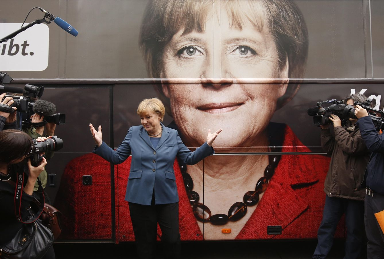Foto: La canciller alemana, Angela Merkel frente a su autobús de campaña antes de una reunión de la CDU en Berlín, en septiembre de 2013 (Reuters).