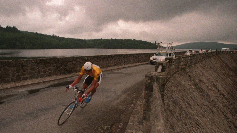 Miguel Indurain, corriendo el Tour de Francia de 1995. (Getty)