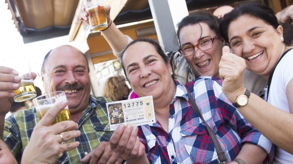 Foto: Un grupo de agraciados celebra el segundo premio de la Lotería de Navidad. (EFE)